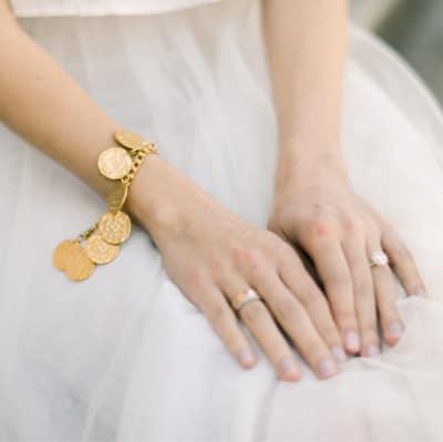 Image d'ambiance mains féminine posées sur des genoux. Tons clairs et doré, sentiment de douceur Me & Eye