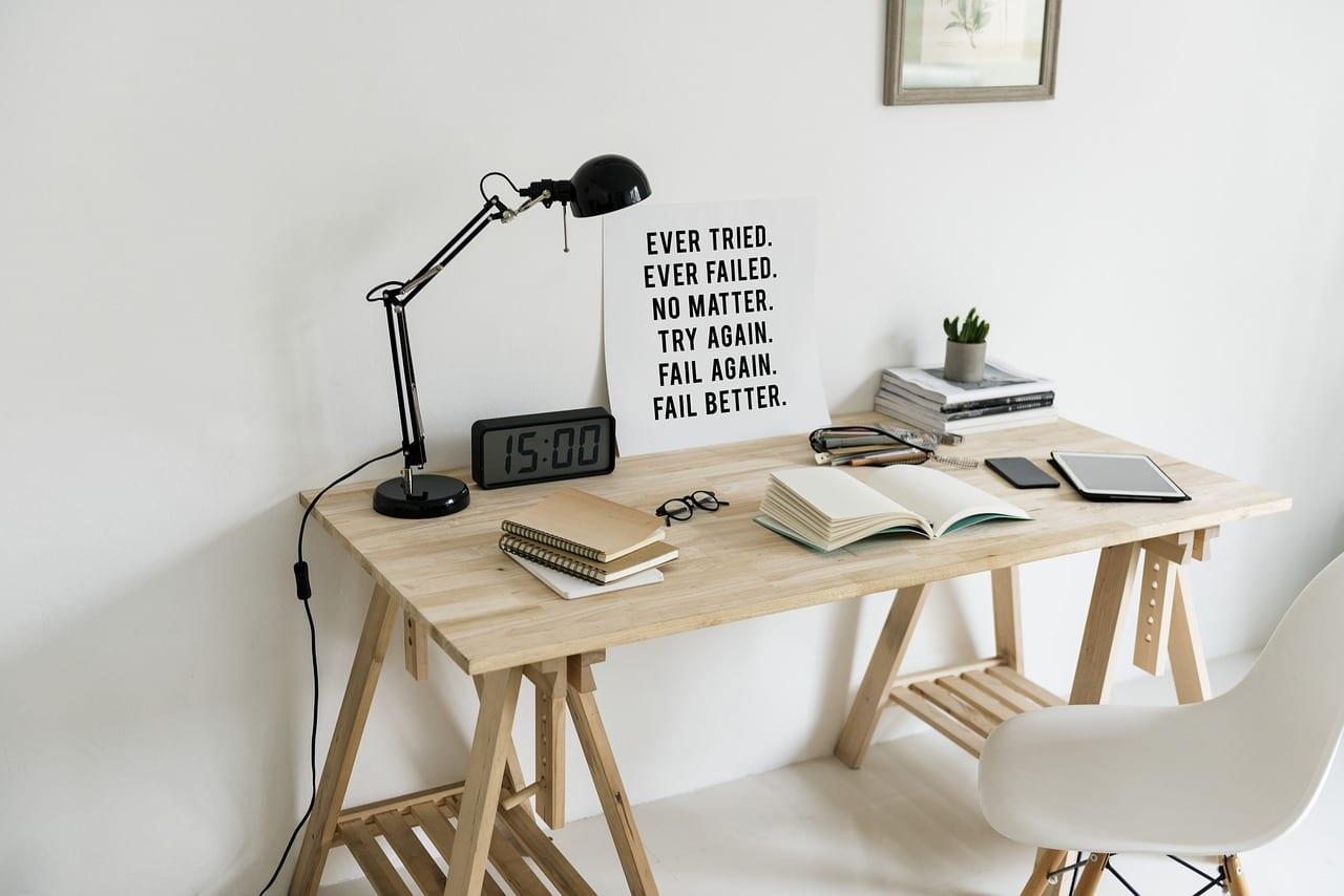 Image d'ambiance : bureau de travail en bois. Pièce clair, tons dorés Me & Eye